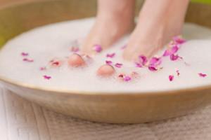 Les préparations du microorganisme végétal sur les doigts des pieds