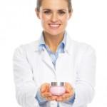Creme dermo cosmétique présentée par une pharmacienne