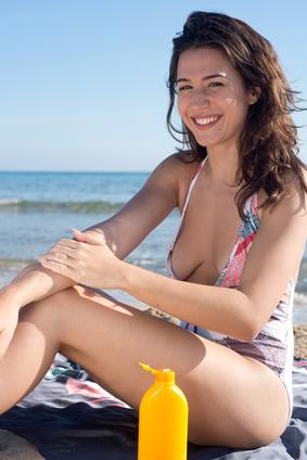Crème solaire sur jeune femme