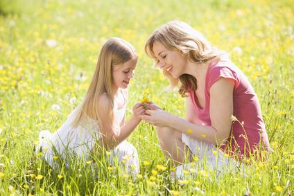 mère et fille cueillant des fleurs sauvages