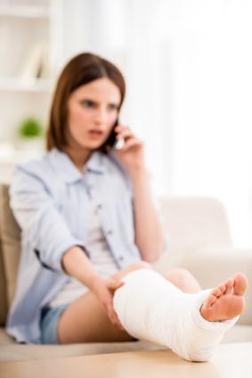 Jeune femme avec une jambe cassée