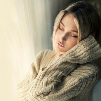 Femme douce avec dermatite séborrhéique