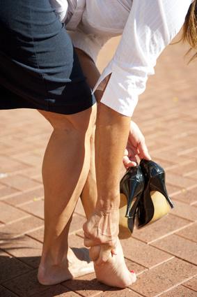Femme avec de la corne aux pieds