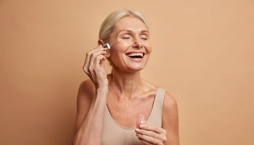 femme mure appliquant un serum peau sèche