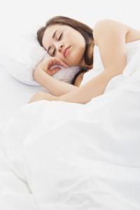 Femme dormant et sa peau se régénère