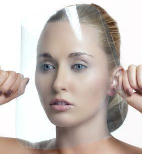 Femme protégeant sa peau Sensible et réactive avec un Bouclier : Oléo-Premium N°3