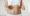 Une femme lève les pouces autour de ces hanches et montre son ventre