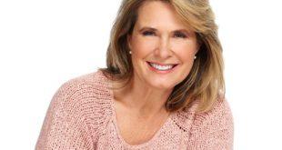 Femme souriante de 50 ans avec un pull rose