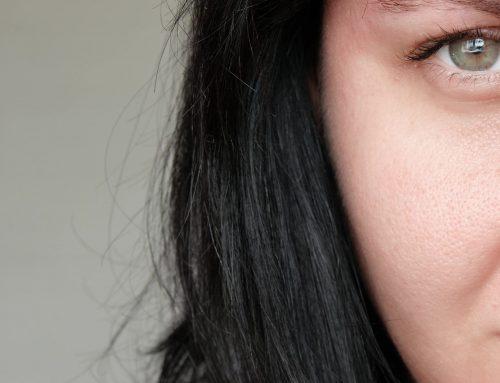 Prendre soin d'une peau grasse : quels sont les bons gestes et les routines naturelles adaptées ?