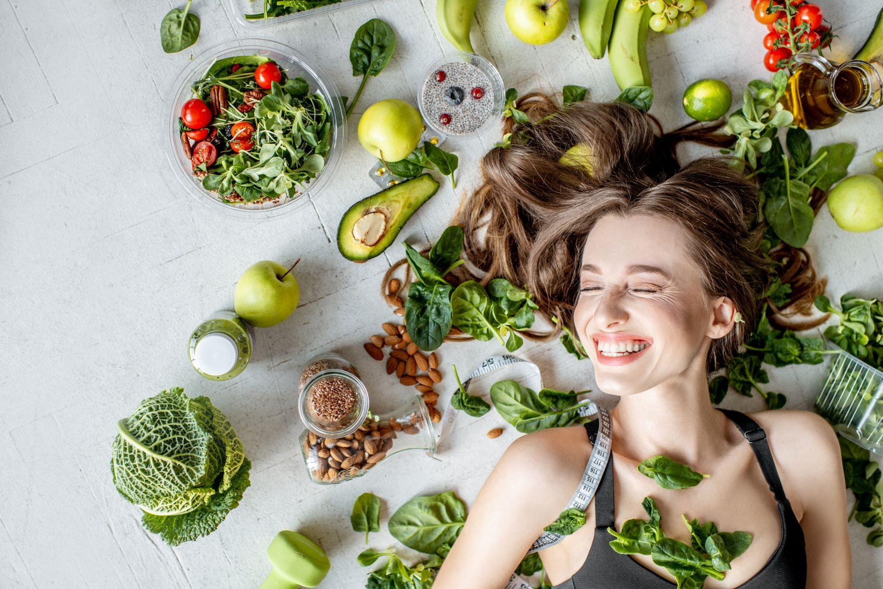 Femme entouré de nourriture saine