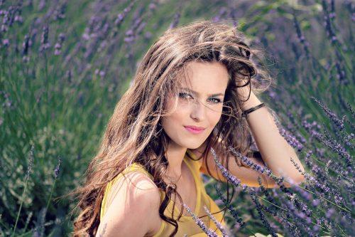 Jeune femme dans un champs de lavande
