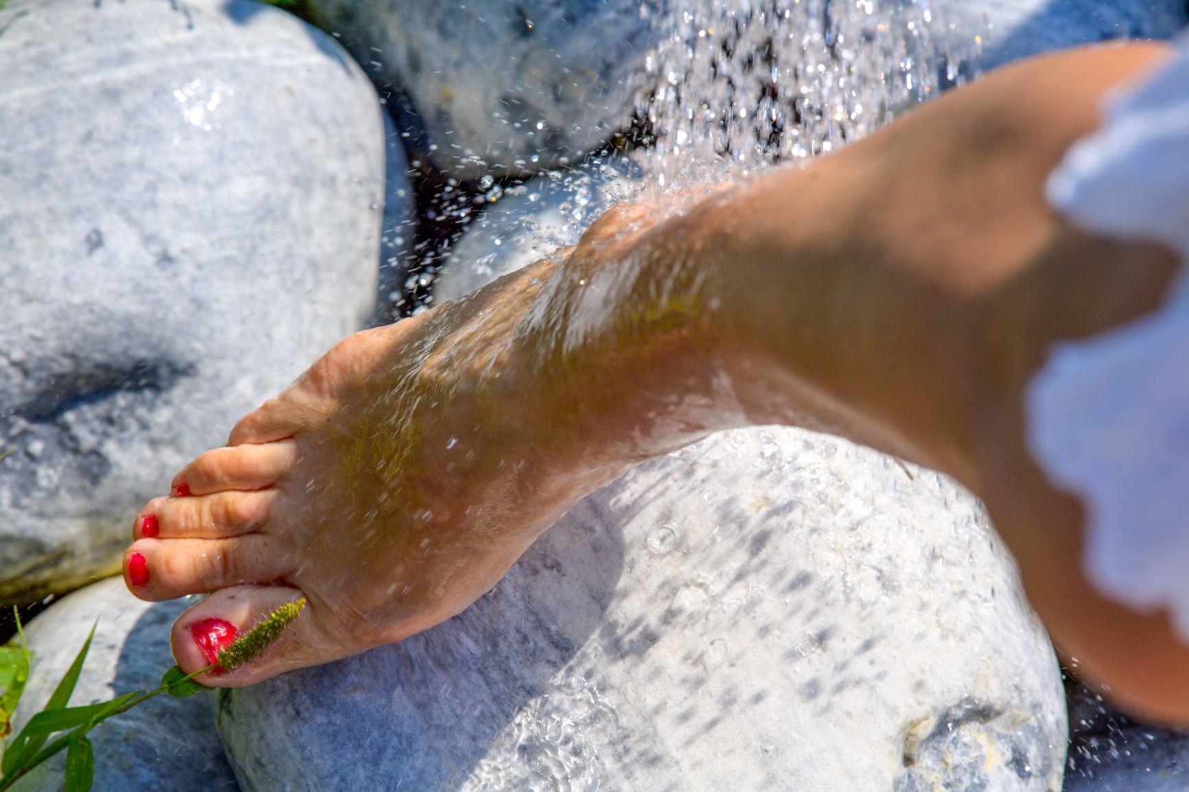 Projection d'eau sur une jambe