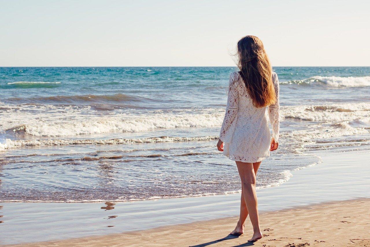 Femme de dos sur la plage