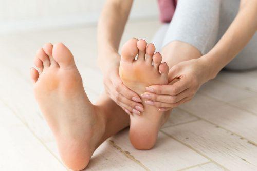 femme se massant le pied