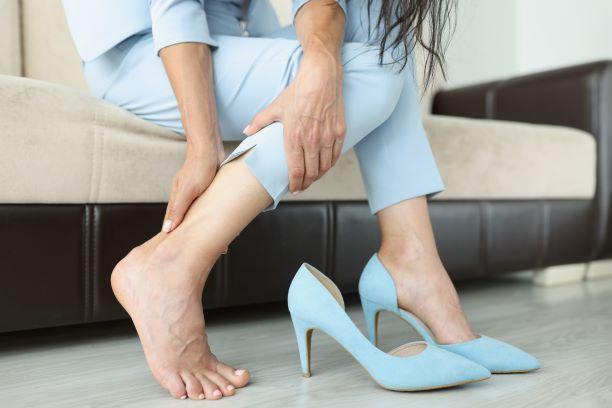 pieds serrés dans des chaussures à talons