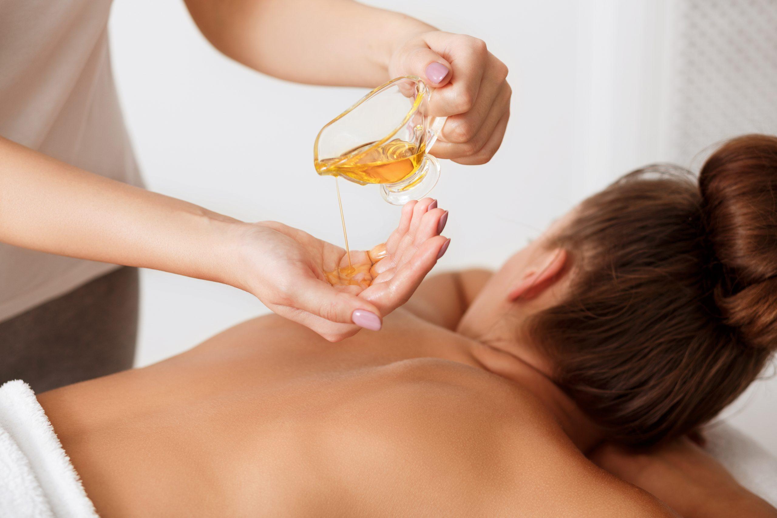 massage de la peau avec de l'huile