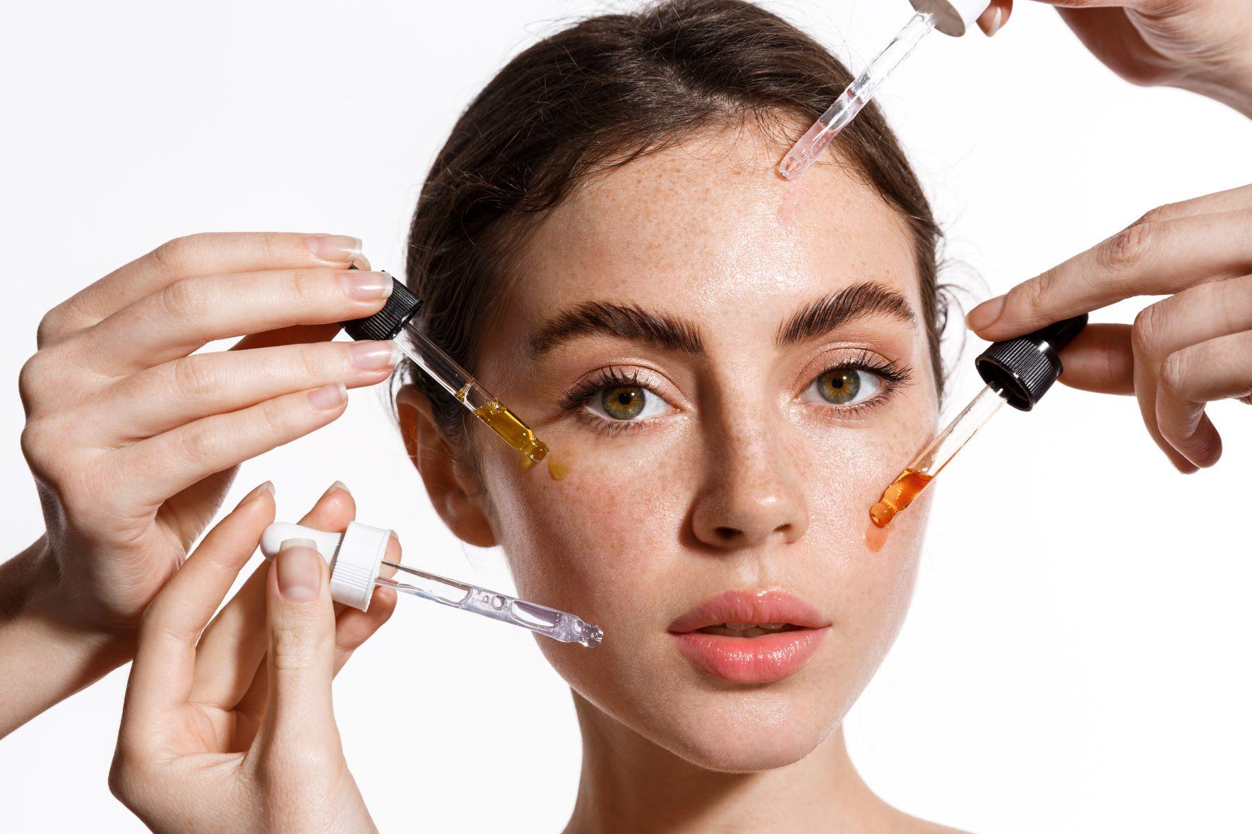 femme appliquant différent soins cosmétiques